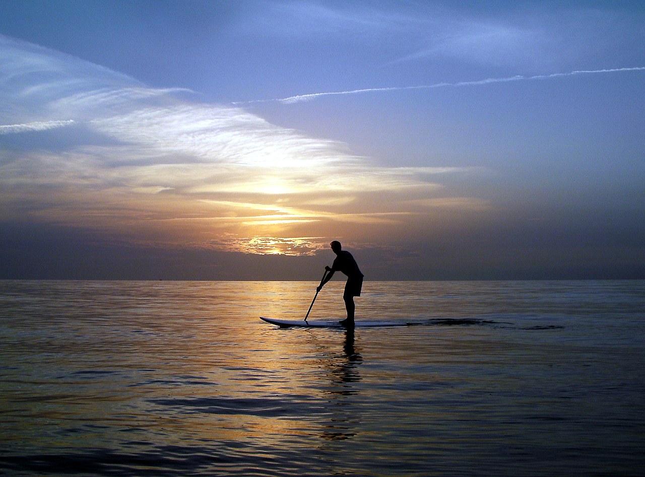 Stand UP Paddling bei Sonnenuntergang