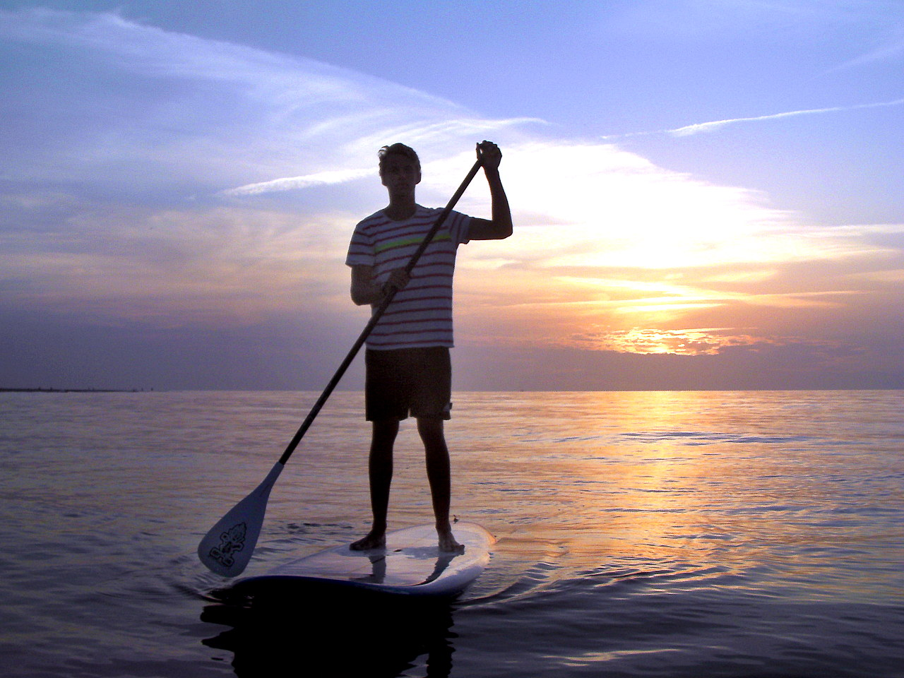 Stand Up Paddling bei Sonnenuntergang