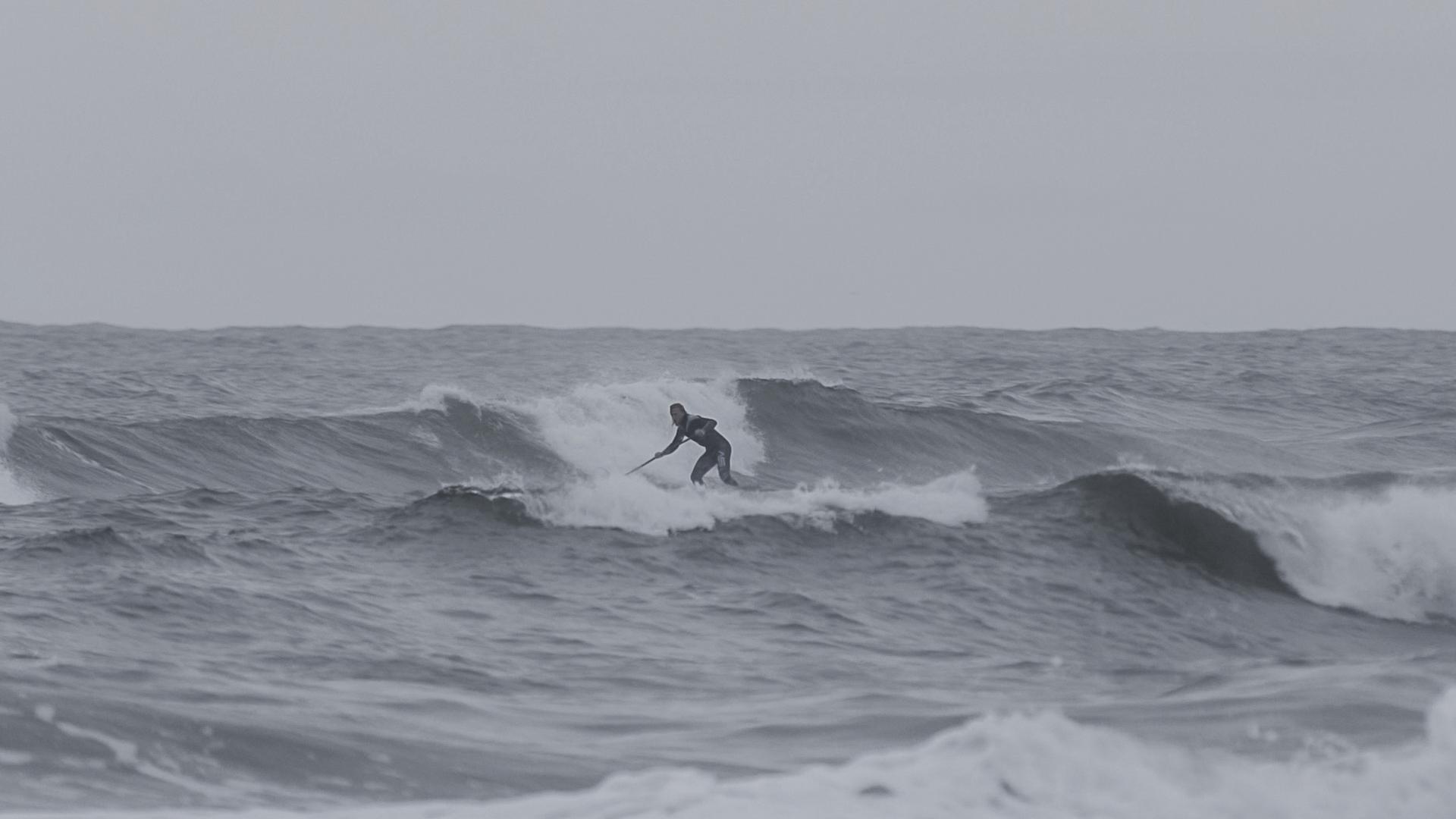 SUP in der Welle am Oststrand