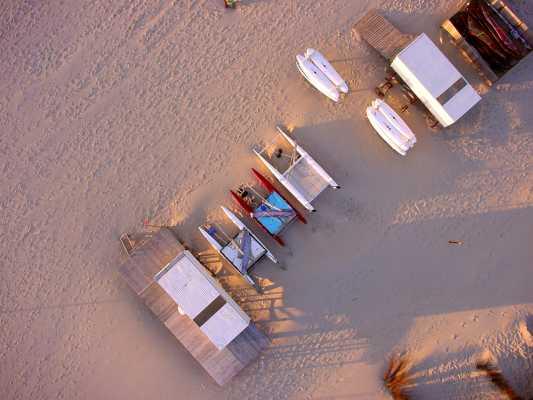 Luftbild: Surfstation am Strand